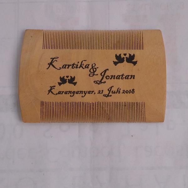 souvenir sisir kayu solo
